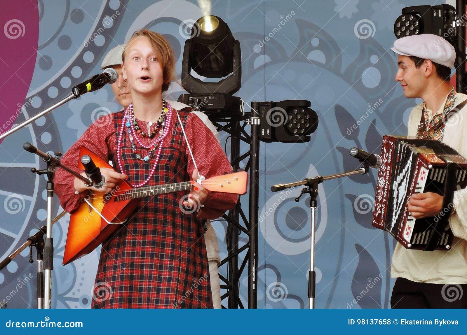 För för allsångsånger och lekar för ung kvinna balalajka