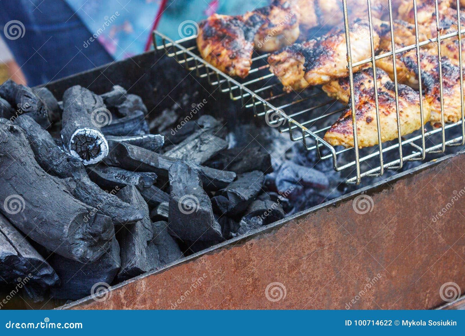 För filékött för det fega bröstet grillfesten för kebaben på steknålar grillar Begrepp av livsstilgatamat Grilla traditionell par