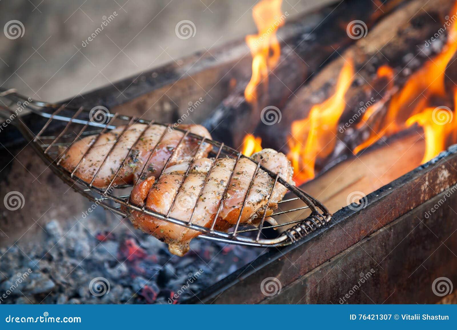 För filékött för det fega bröstet grillfesten för kebaben på steknålar grillar