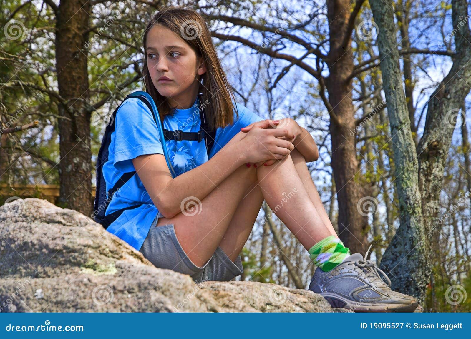 För flicka preteensitting utomhus
