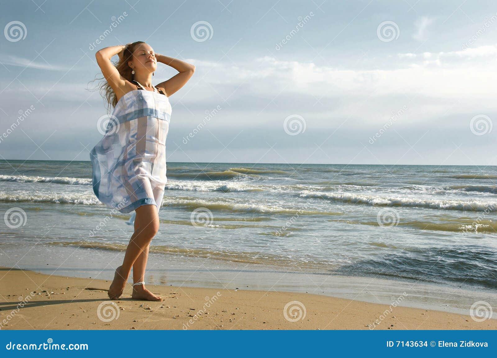 För flickaha för strand härliga touches för hav för hår