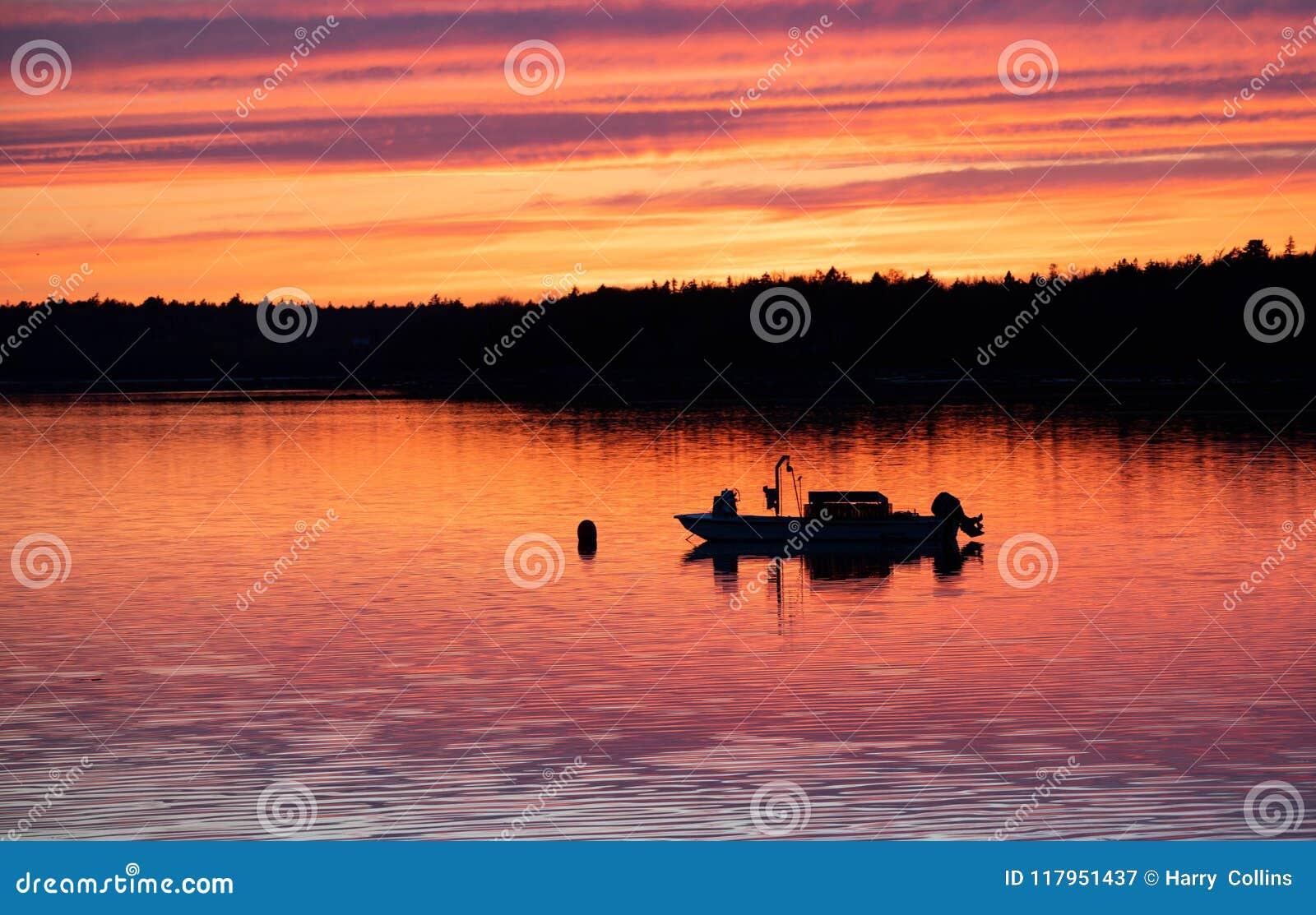 För galway ireland för fartygstadscorrib ståndsmässig fiska solnedgång flod