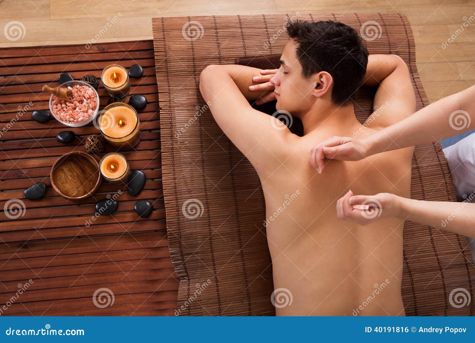 För häleribaksida för ung man massage i brunnsort