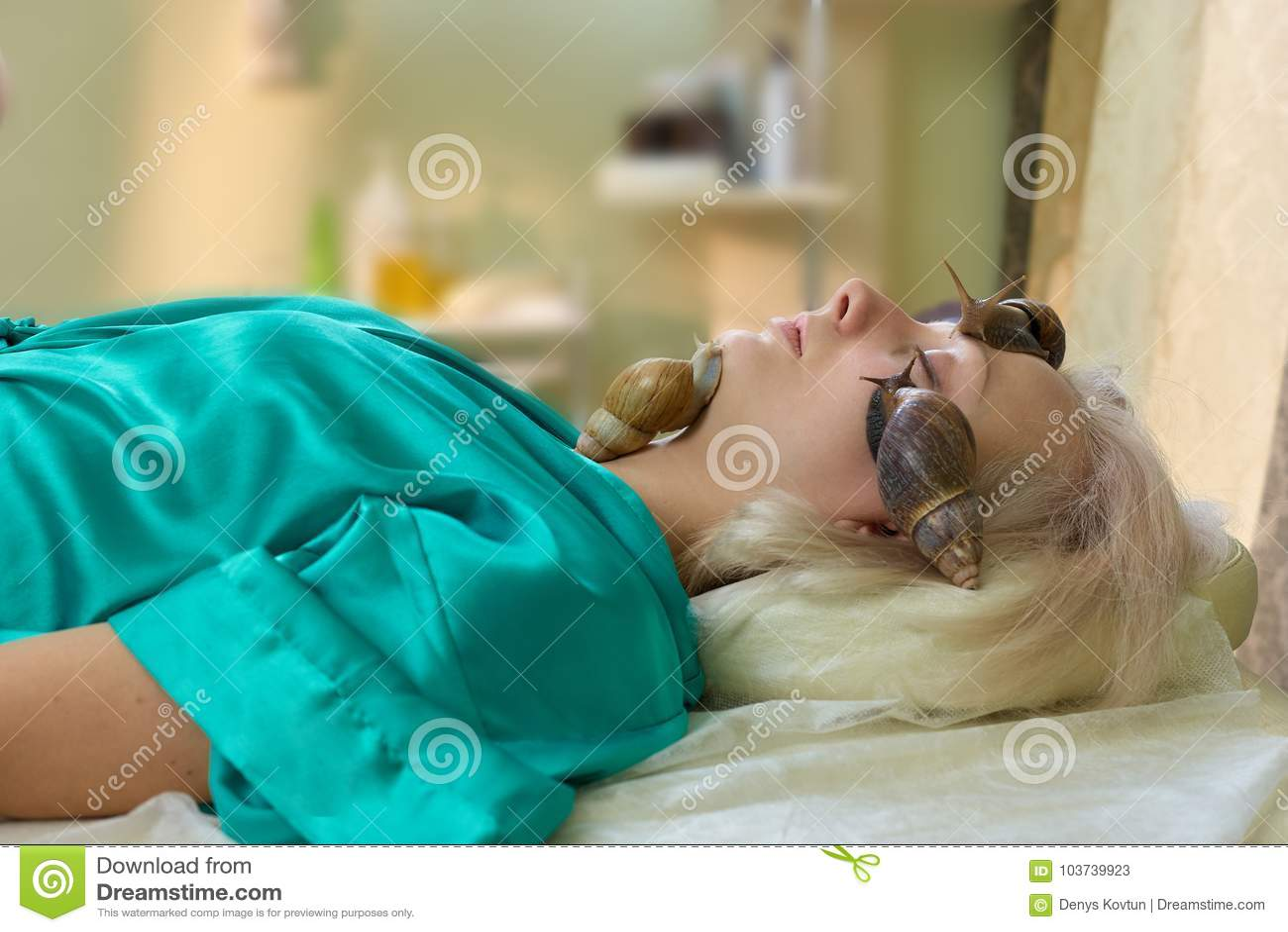 För hälerisnigel för ung kvinna ansikts- massage