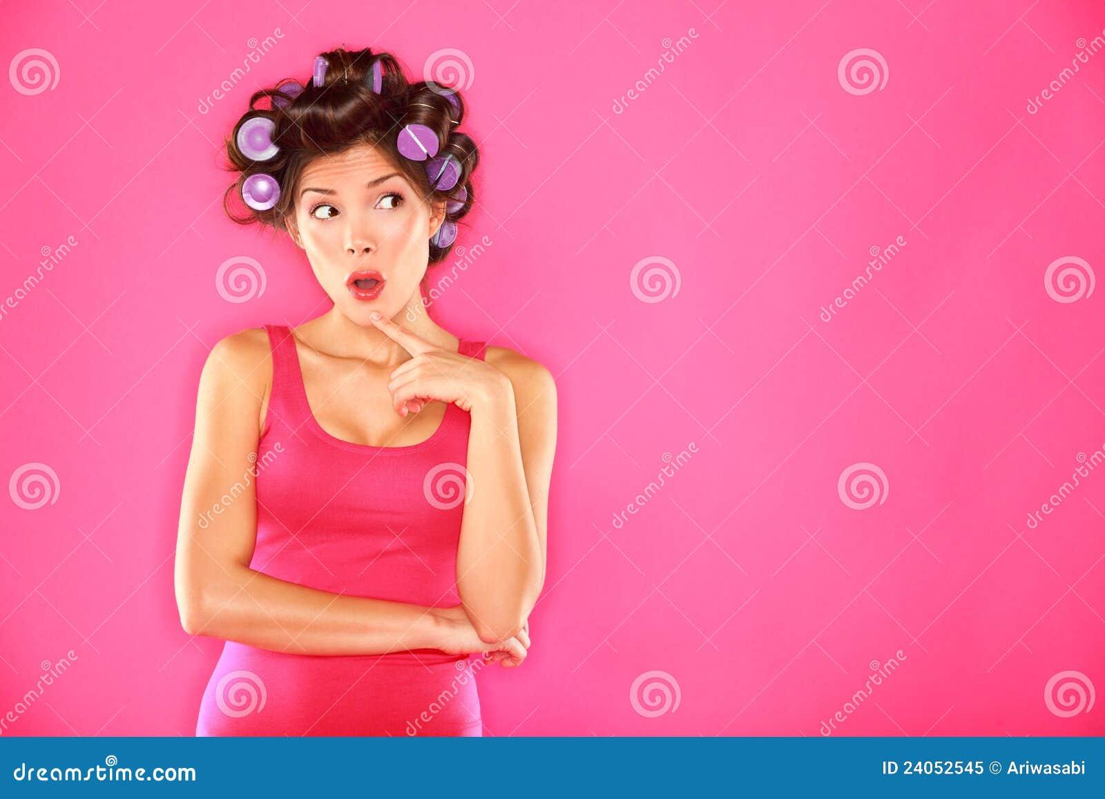 För hårrullar för skönhet rolig kvinna
