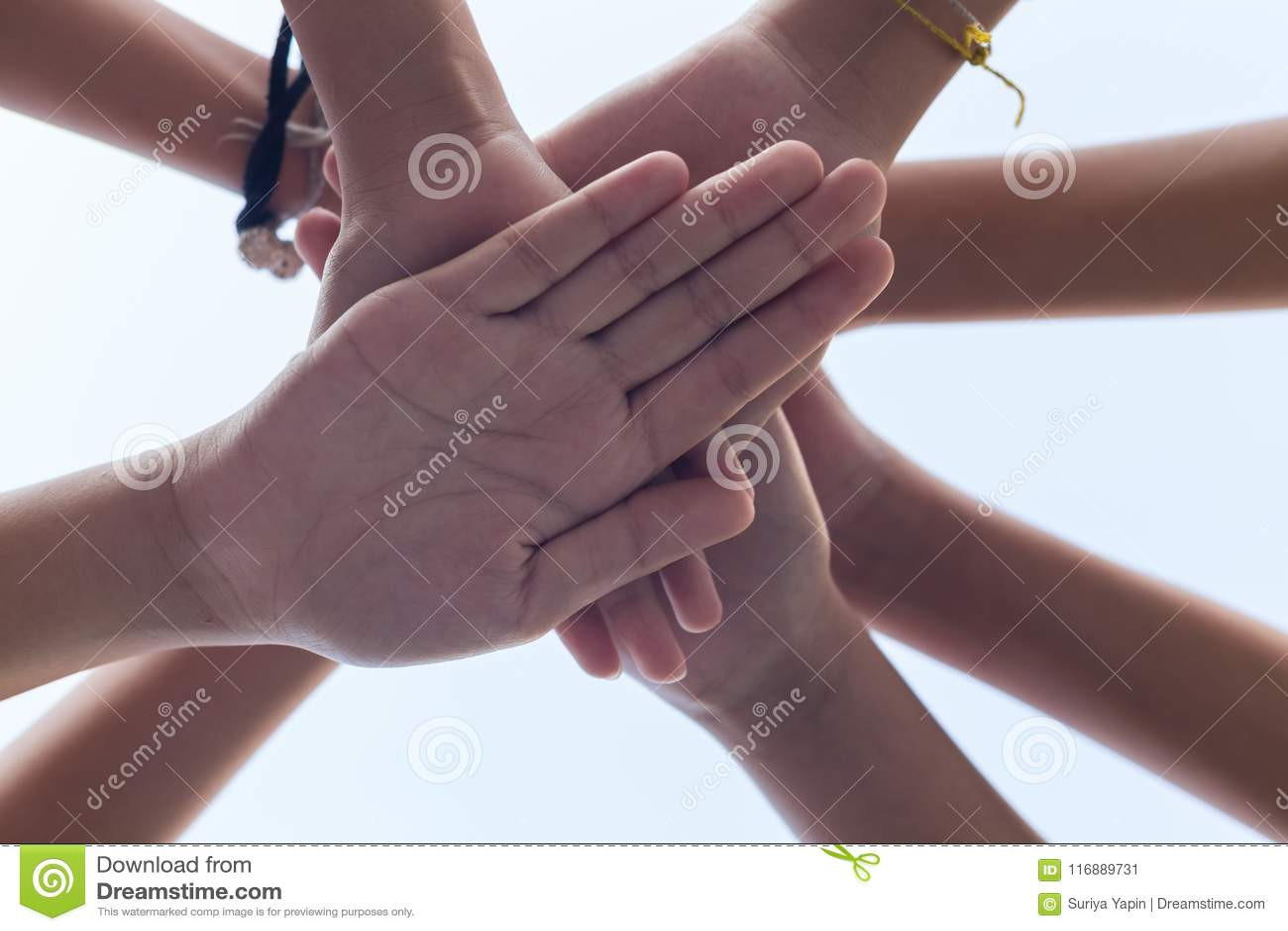 För handflicka för slut övre makt, teamwork som staplar handen
