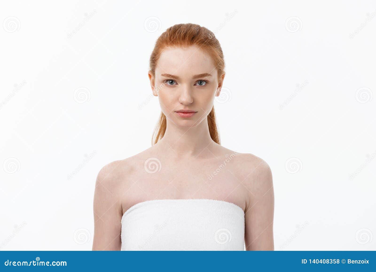 För hudomsorg för härlig kvinna kvinnlig stående för skönhet för framsida för hår och för hud sund nära övre