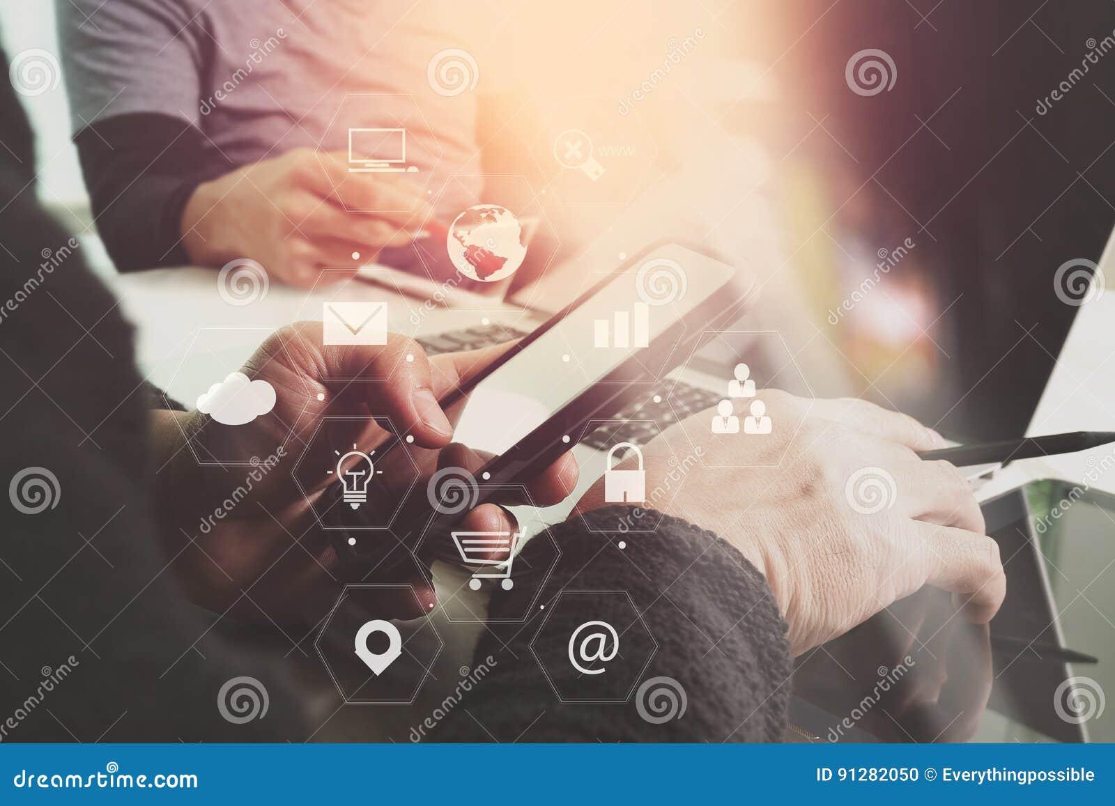 För lagmöte för Co funktionsdugligt begrepp, affärsman som använder den smarta telefonen