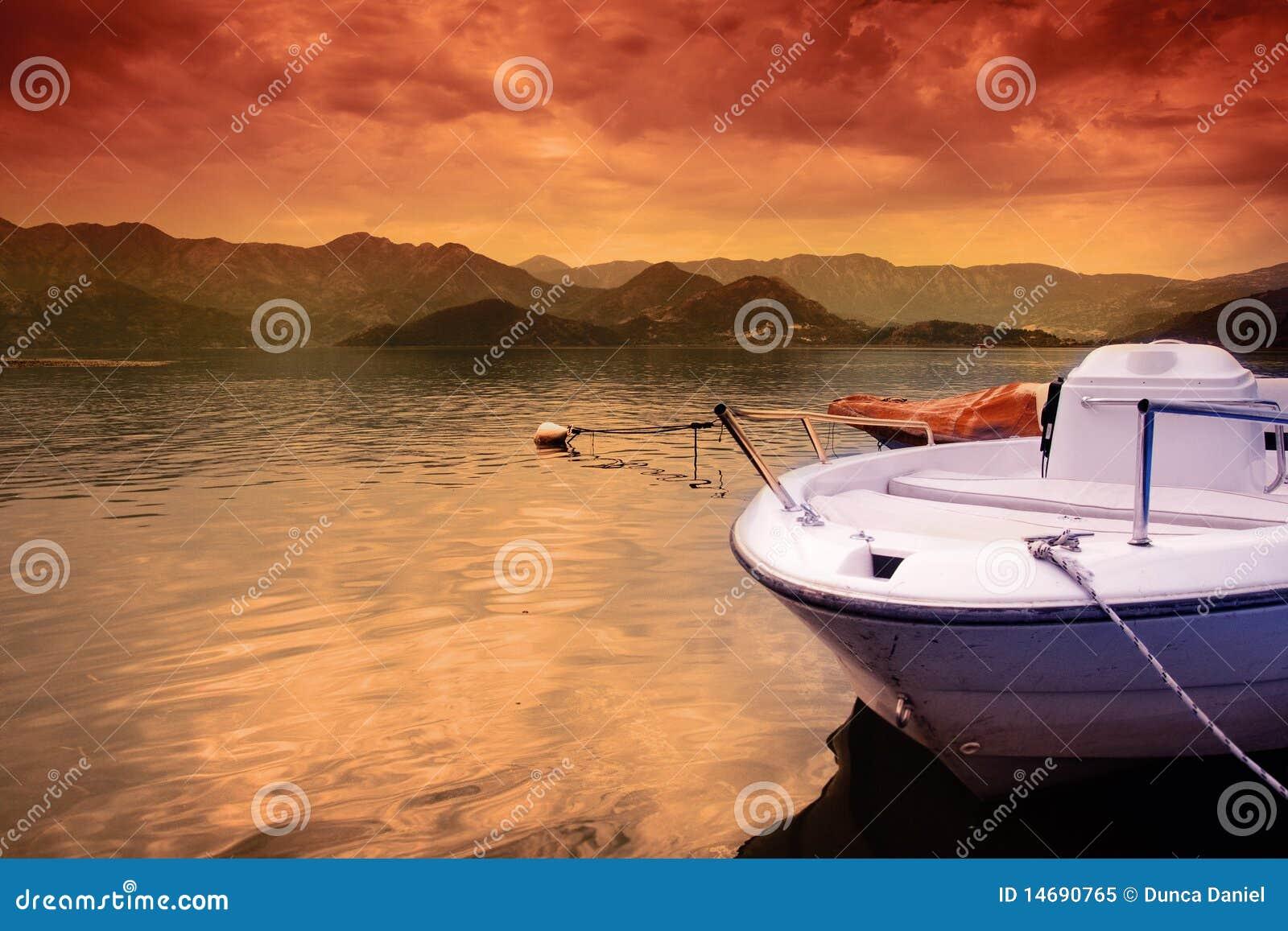 För lakesky för fartyg färgrik solnedgång