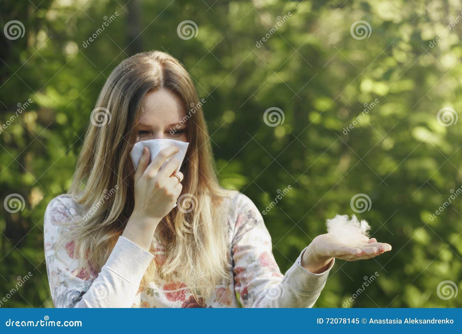 För lidandevår för ung kvinna allergi för pollen