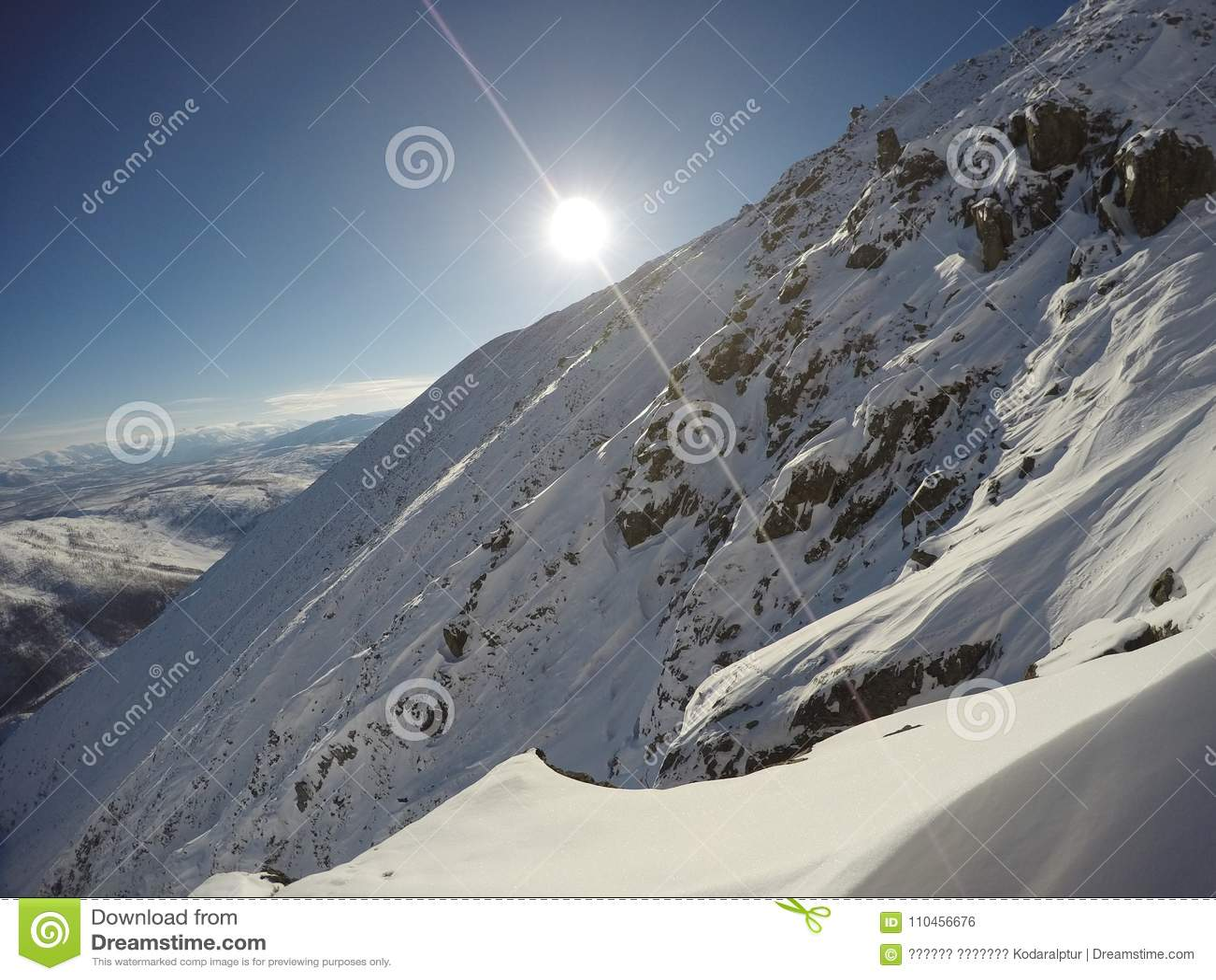 För liggande för lutningssnow utomhus vinter för sport