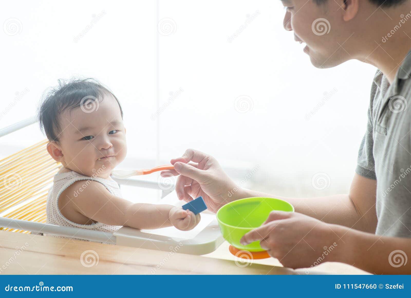 För litet barnheltäckande för fader matande mat