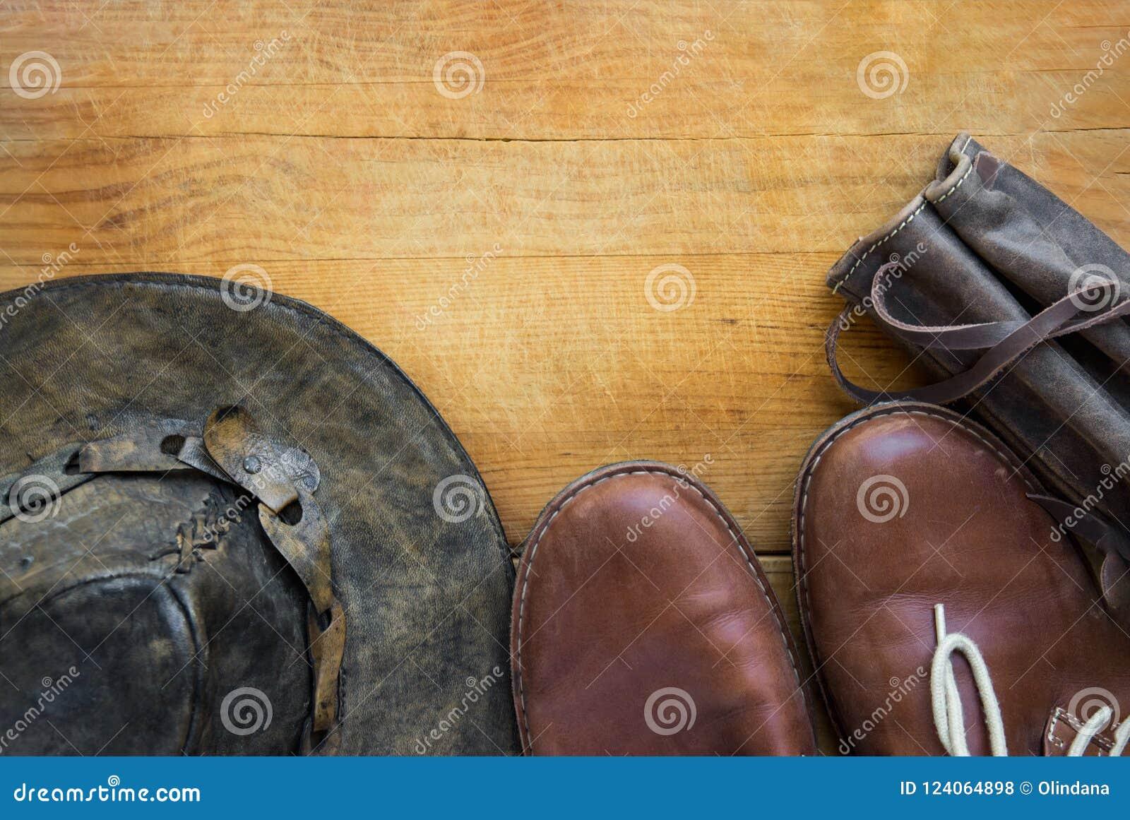 För man` s för äktt läder loppet för hipsteren och att fotvandra thermoflask för tillbehörhattskor bär fallet på åldrig wood bakg