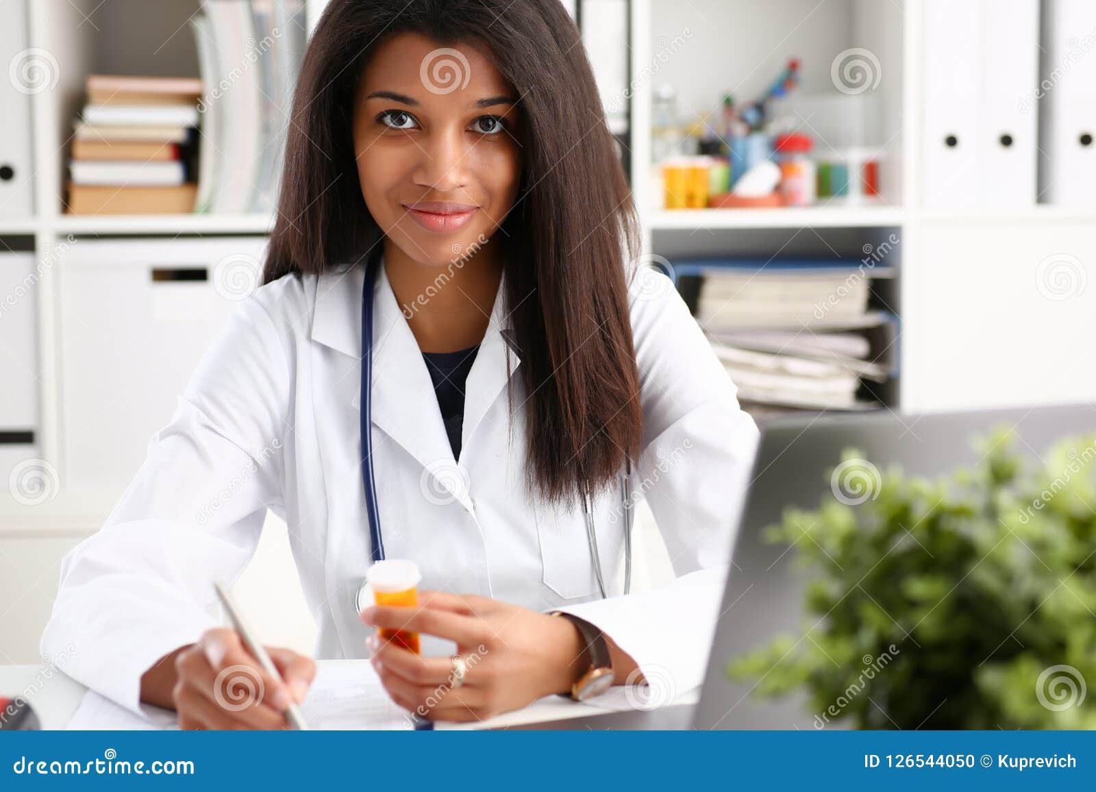 För medicindoktor för kvinnlig svart krus för håll för hand