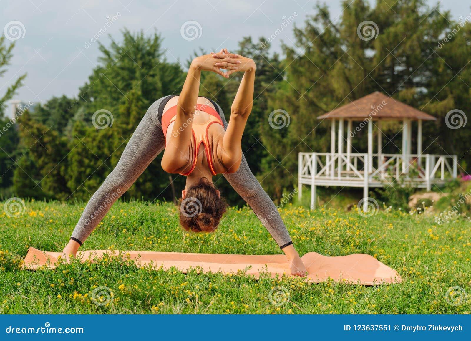 För mindfulnessmeditation för kvinna praktiserande anseende på gräs
