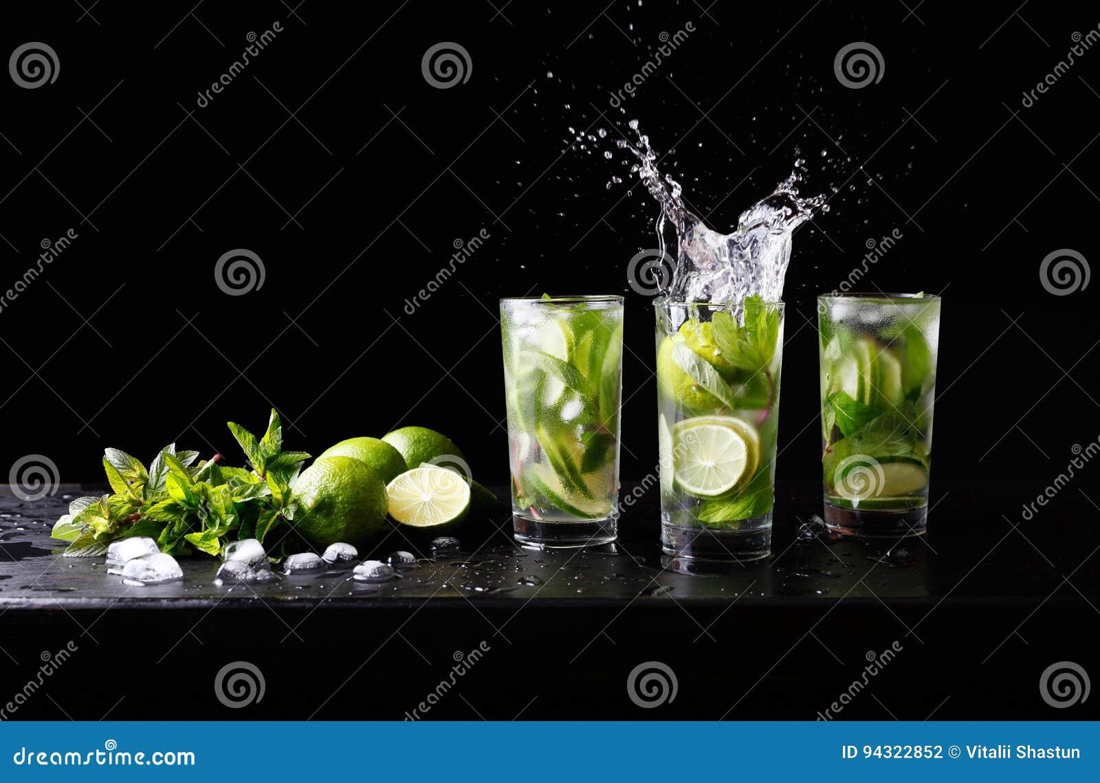 För Mojito sommarstrand uppfriskande tropisk för coctail drink för alkohol non i highballexponeringsglas med färgstänksodavattenv