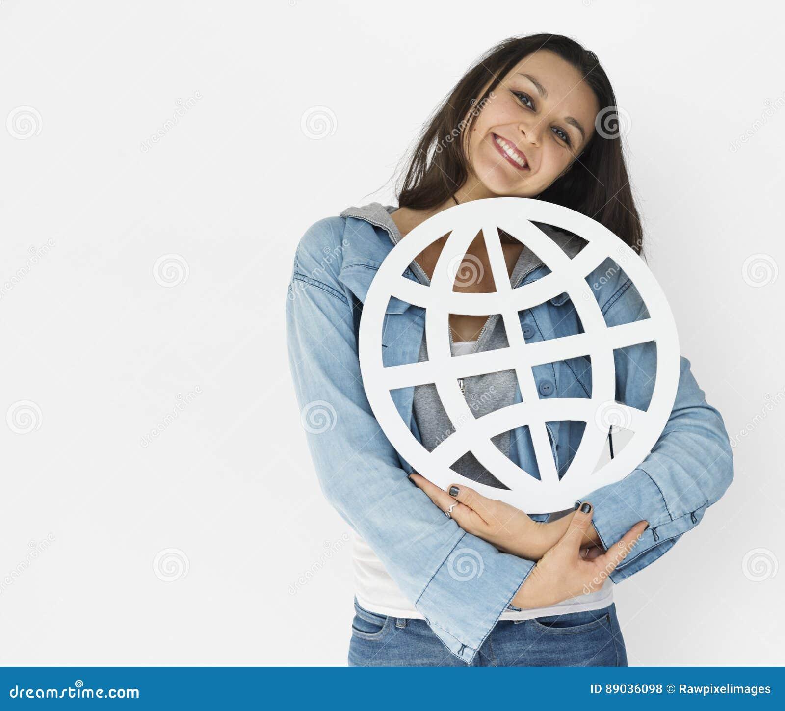 För nätverkandepapper för ung kvinna hållande symbol