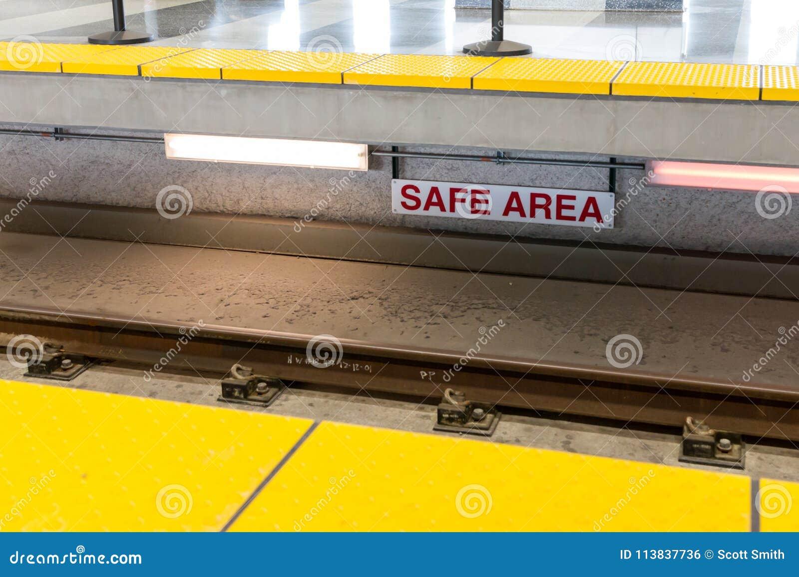 För OMRÅDES` för ` SÄKERT tecken bredvid elektrifierat drevspår