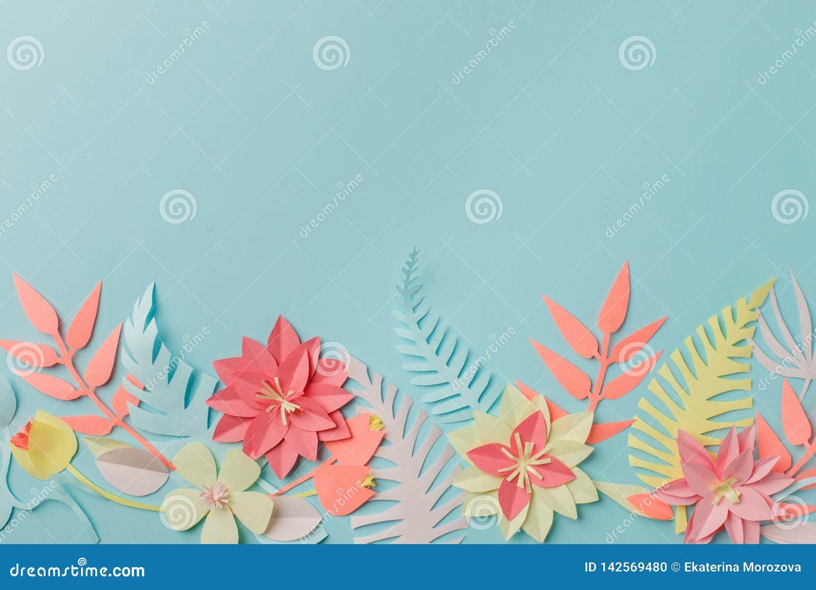 För origamifower för pappers- hantverk idé för garnering idérik tropiska blommor och sidor på blå pastellfärgad bakgrund, sommart