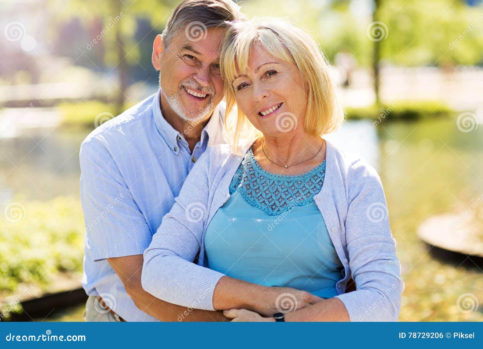 För par pensionär utomhus