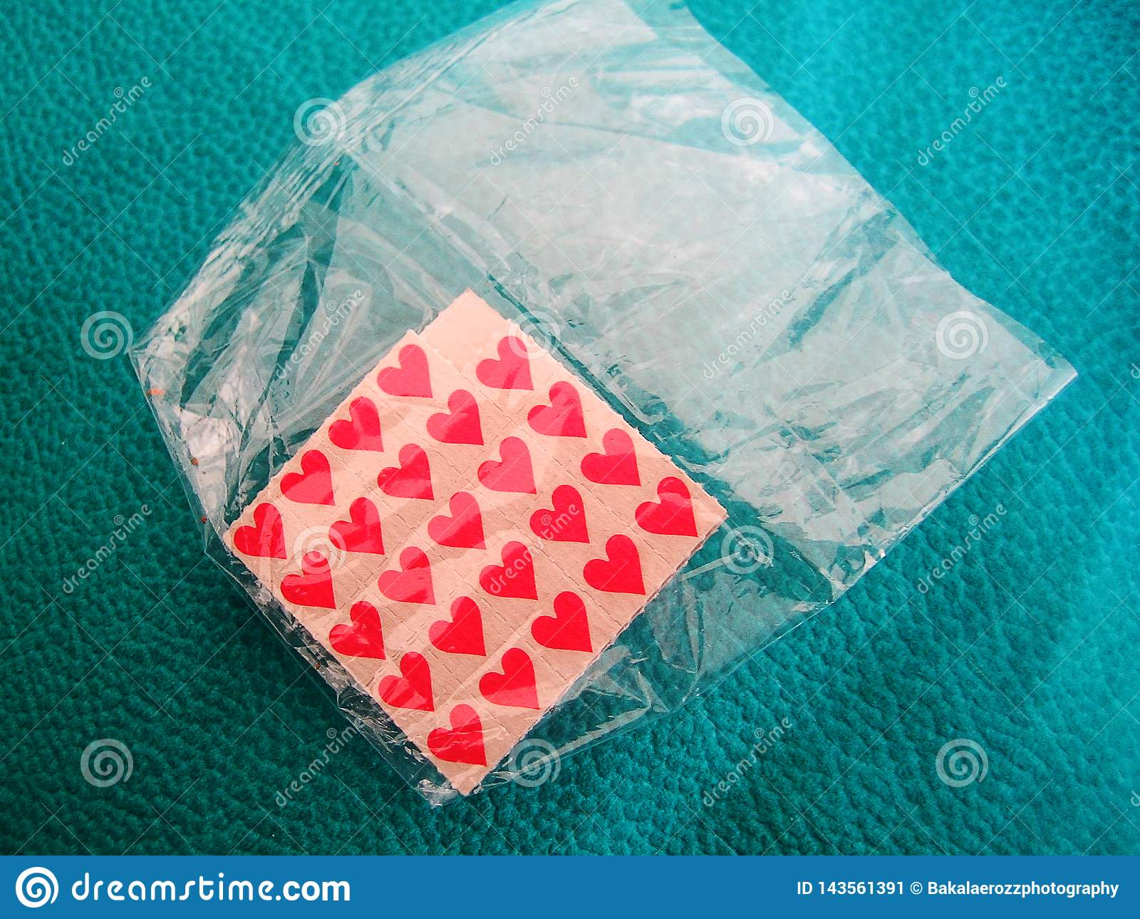 För pinnelegitimationshandlingar för Lsd fina tryck för liten röd för bakgrund tapet för makro