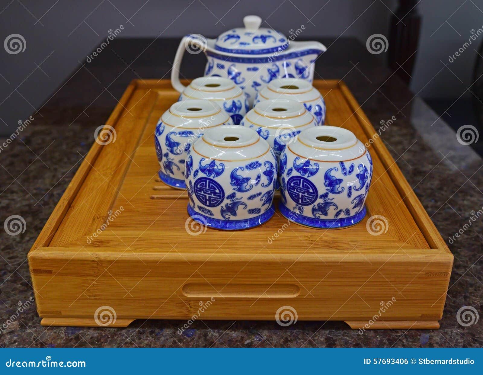 För porslintekanna för kines blå uppsättning på det traditionella trämagasinet