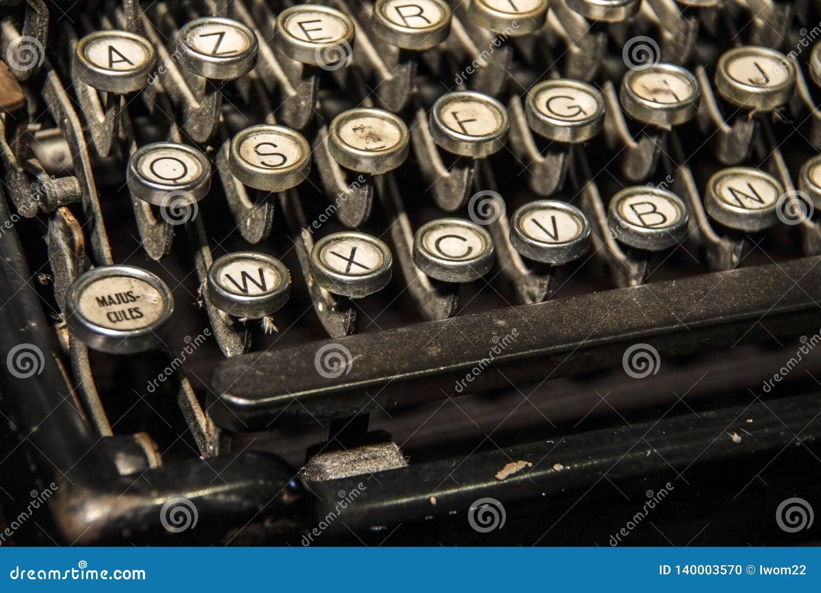 För prydnadpapper för bakgrund geometrisk gammal tappning keys den gammala skrivmaskinen