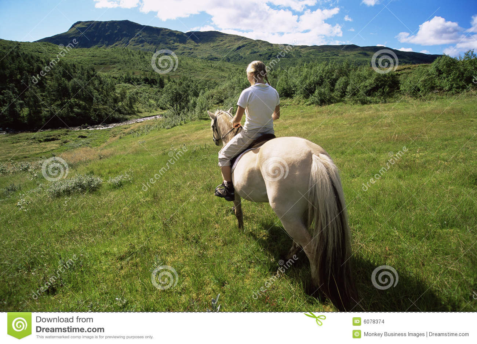 För ridningsikt för häst bakre barn för kvinna