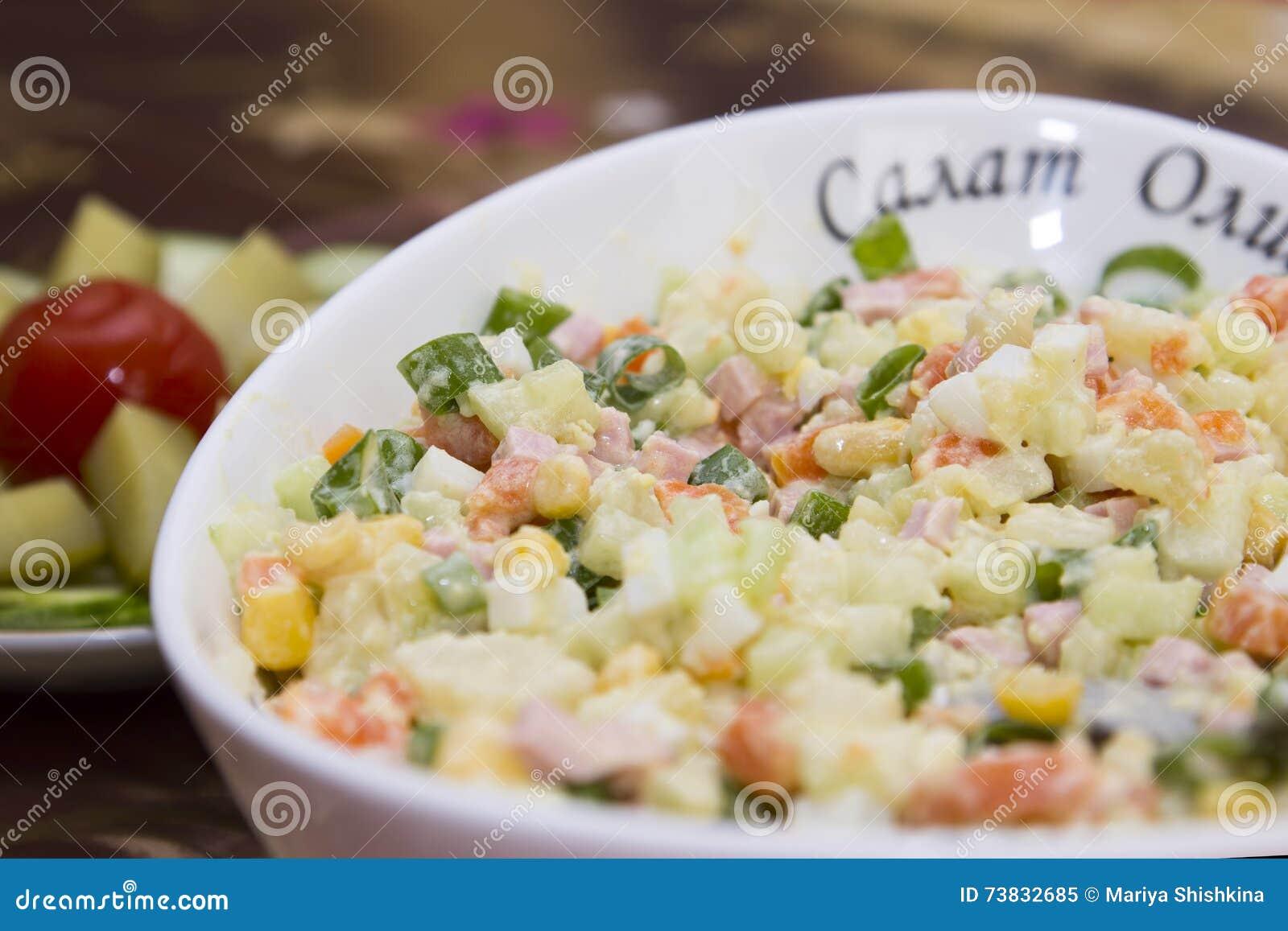 För ryssOlivier för sovjetiska tider kokade populär typisk wirh sallad grönsaker