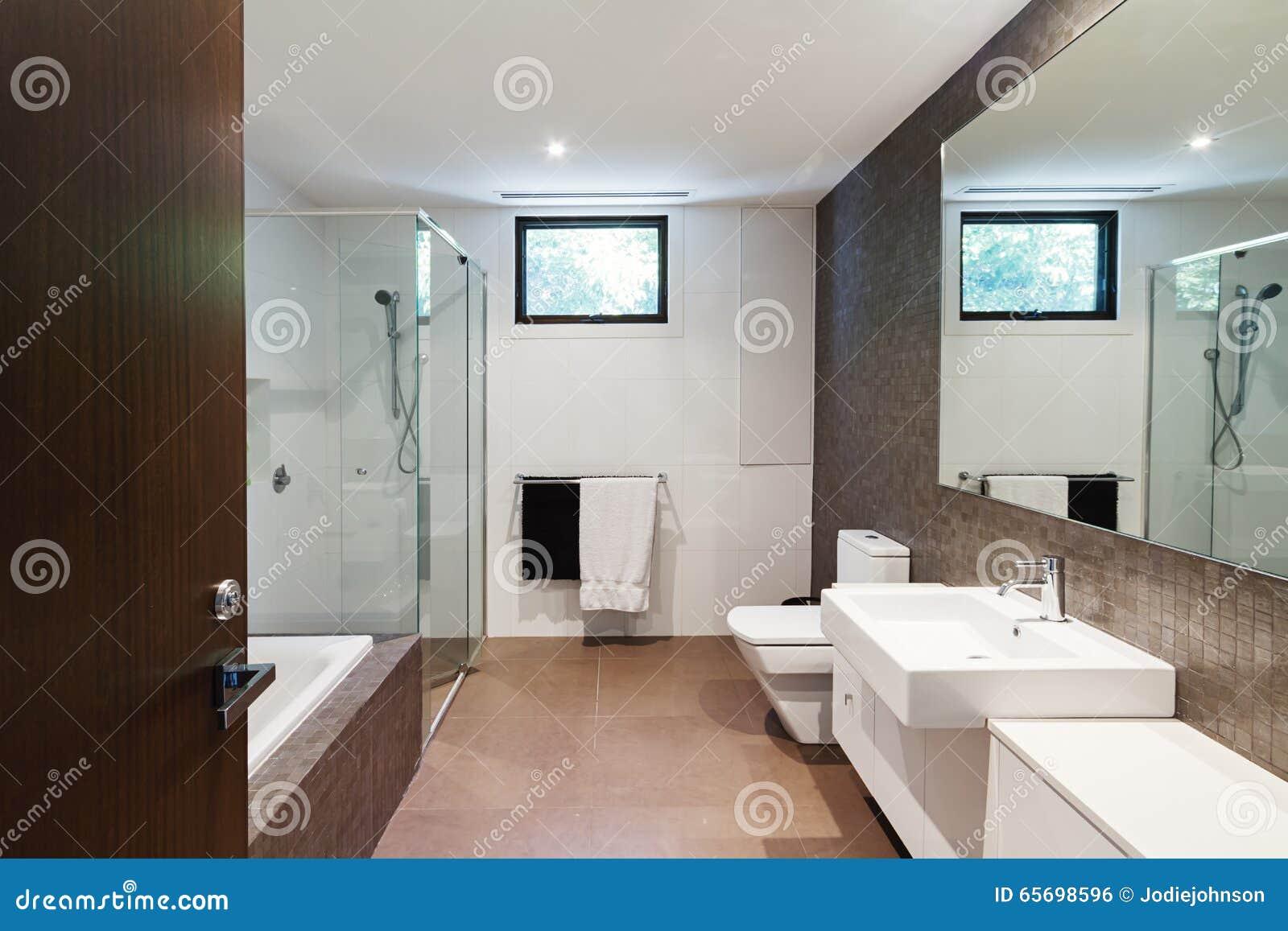 För signalfamilj för samtida brunt naturligt badrum