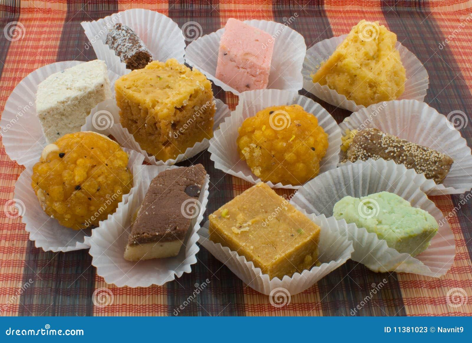 För sortiment förberedda sötsaker nytt indier