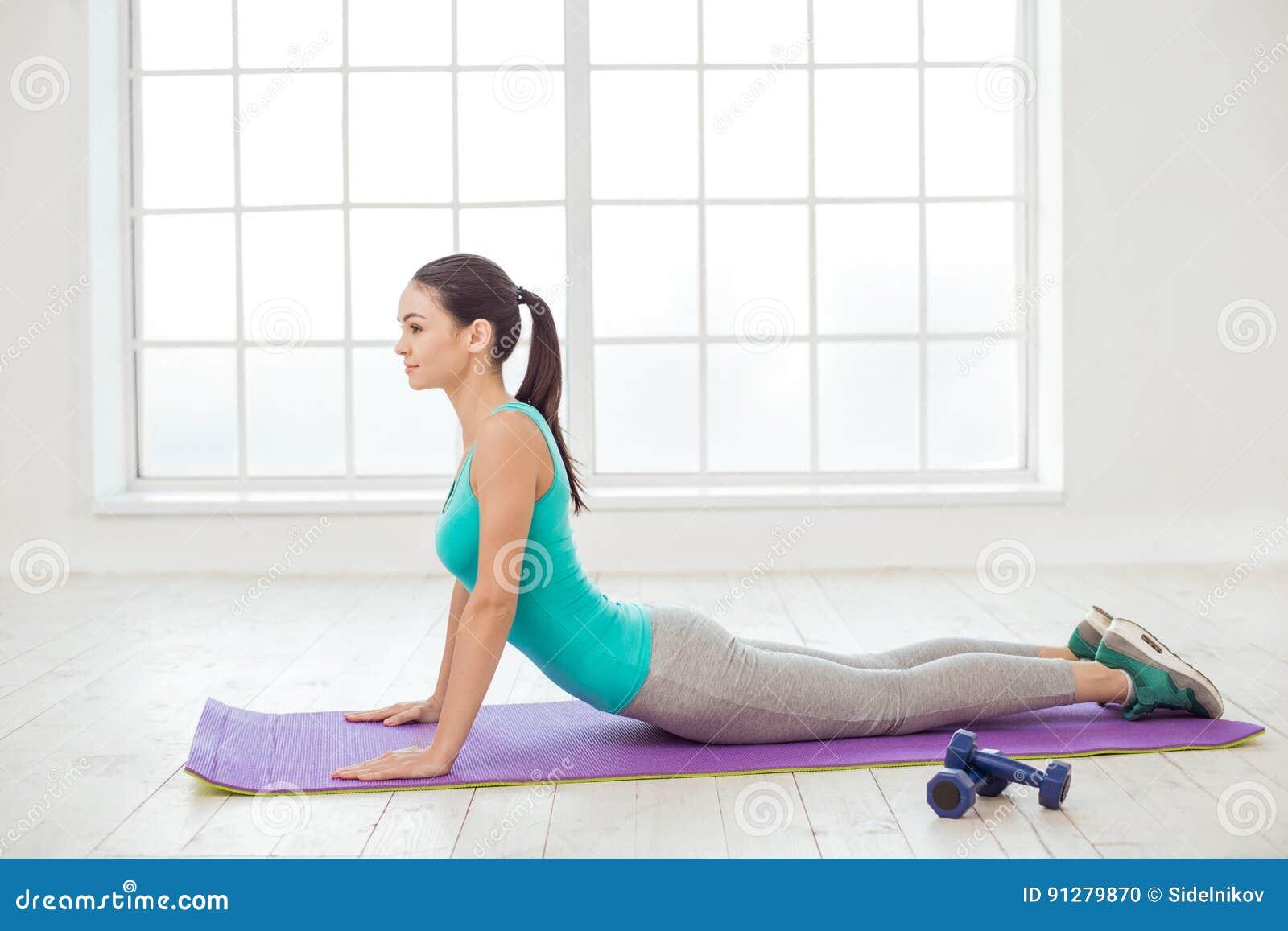 För sportgenomkörare för ung kvinna begrepp för livsstil sunt