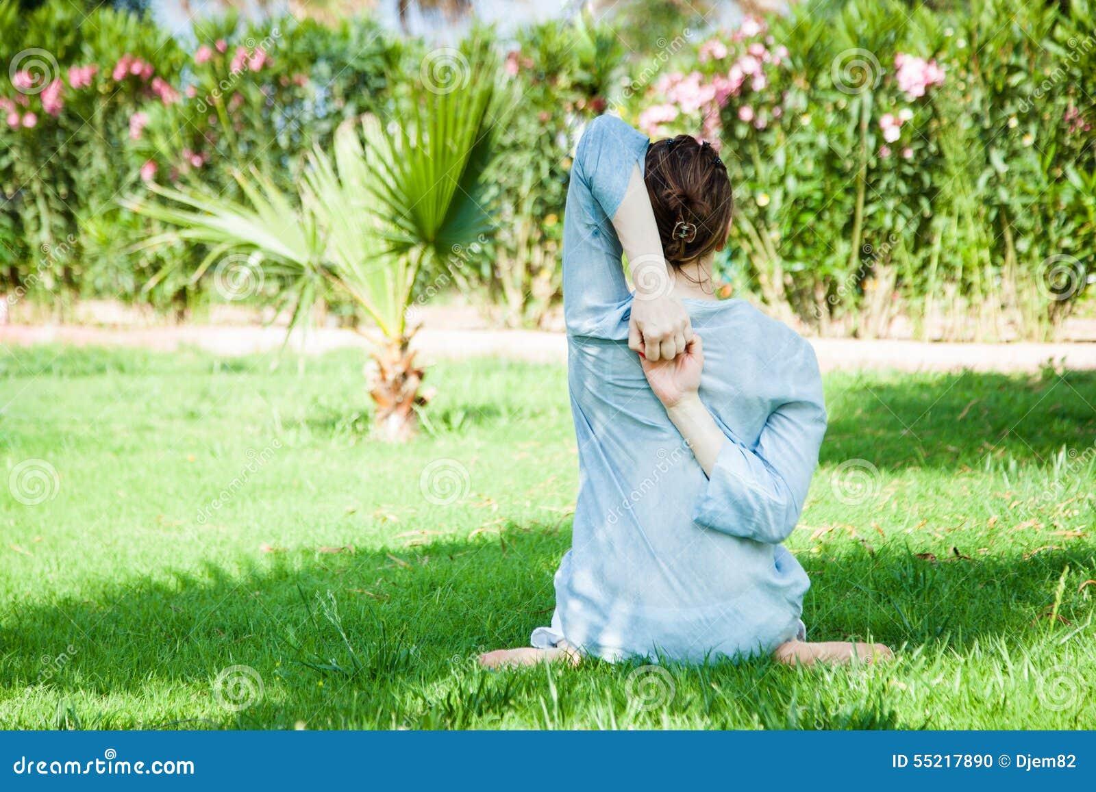 För sporttema för kobra utomhus- park skjuten yoga