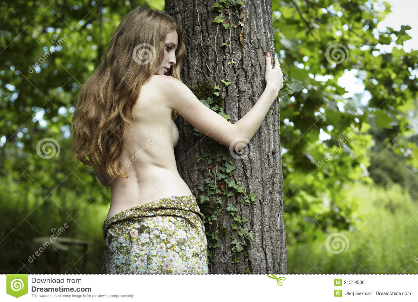 För ståenderomantiker för skog grön kvinna