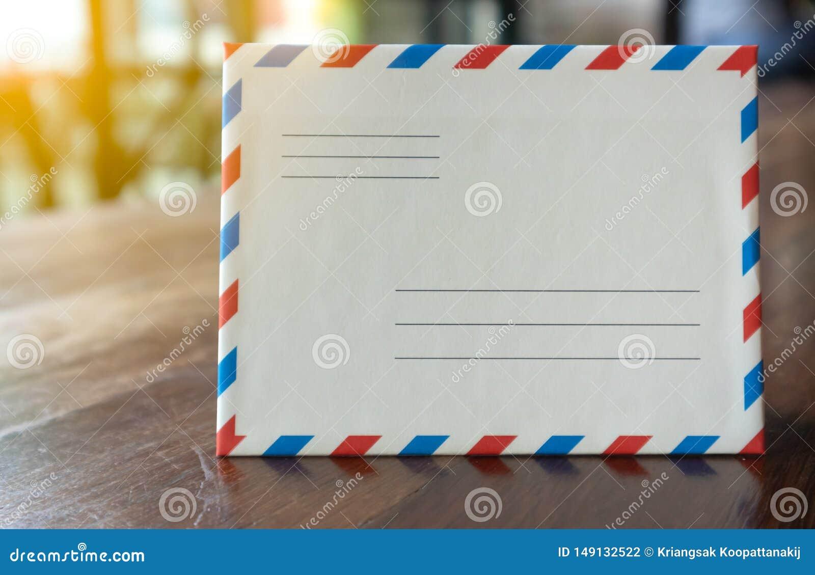 F?r stilbokstav f?r Closeup vitt retro kuvert med orange ljus