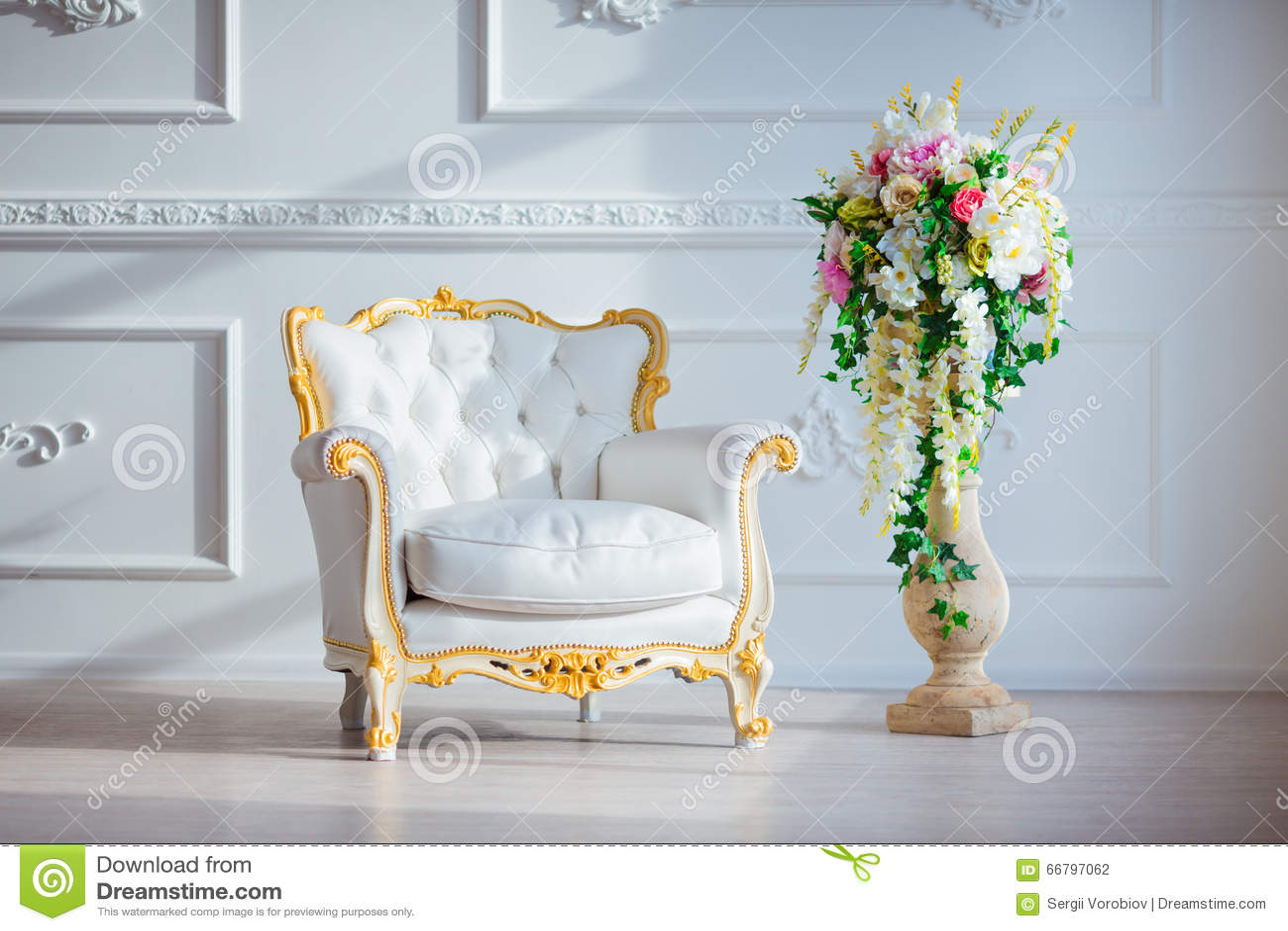 För tappningstil för vitt läder stol i klassiskt inre rum med det stora fönstret och våren blommar