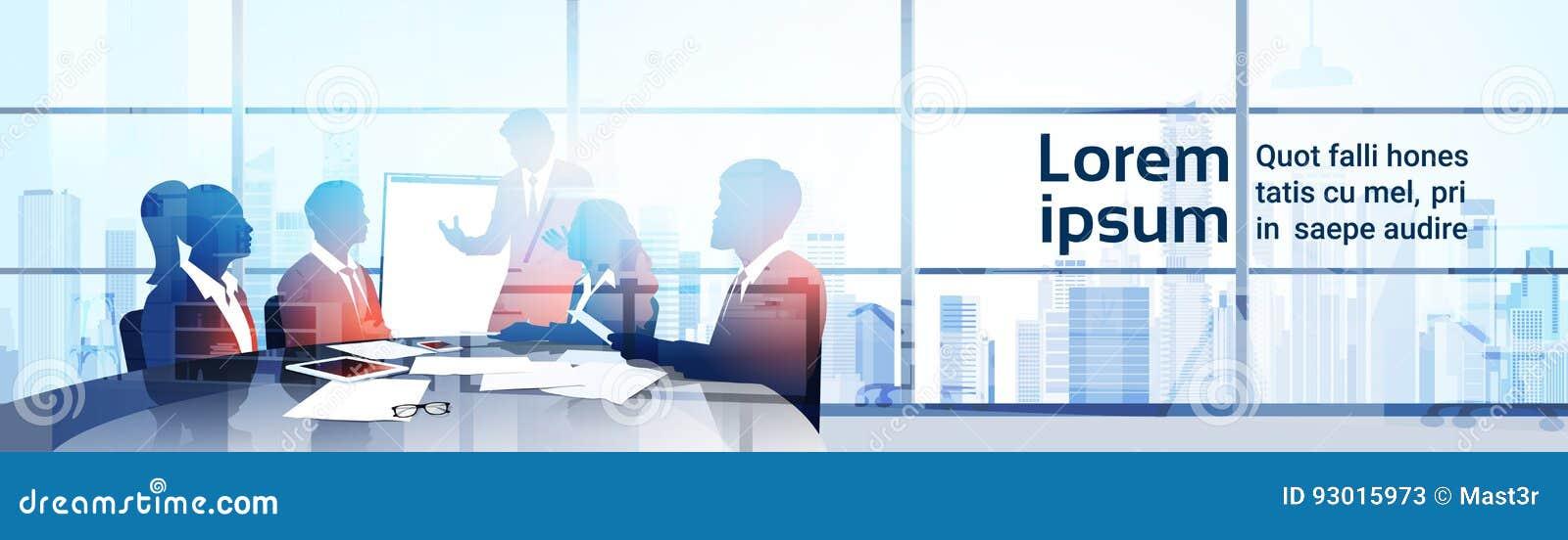 För Team With Flip Chart Seminar för konturaffärsfolk presentation för idékläckning för konferens utbildning i modernt kontor
