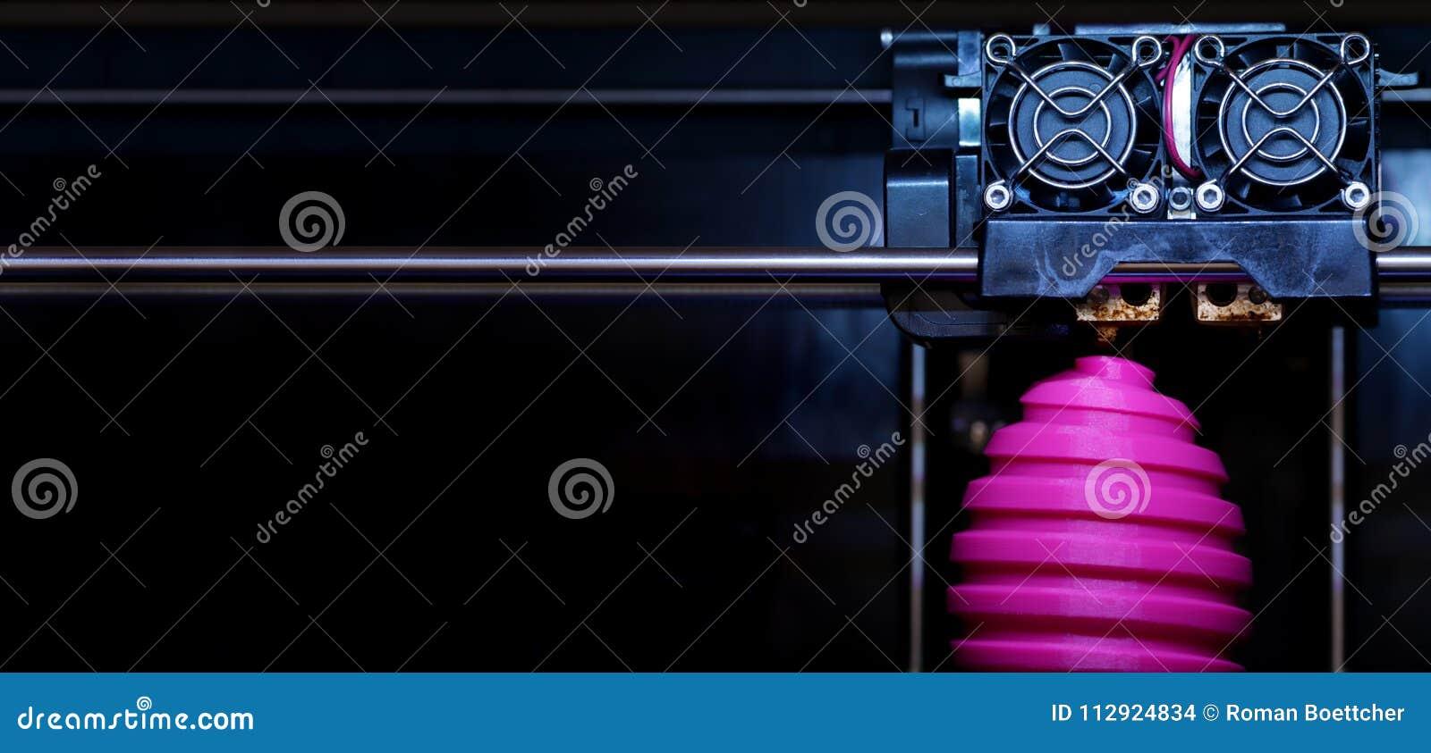 För tillverkningssåret för FDM 3D-printer för det easter rosa skulptur ägget - främre sikt på objekt- och tryckhuvudet - panel ty
