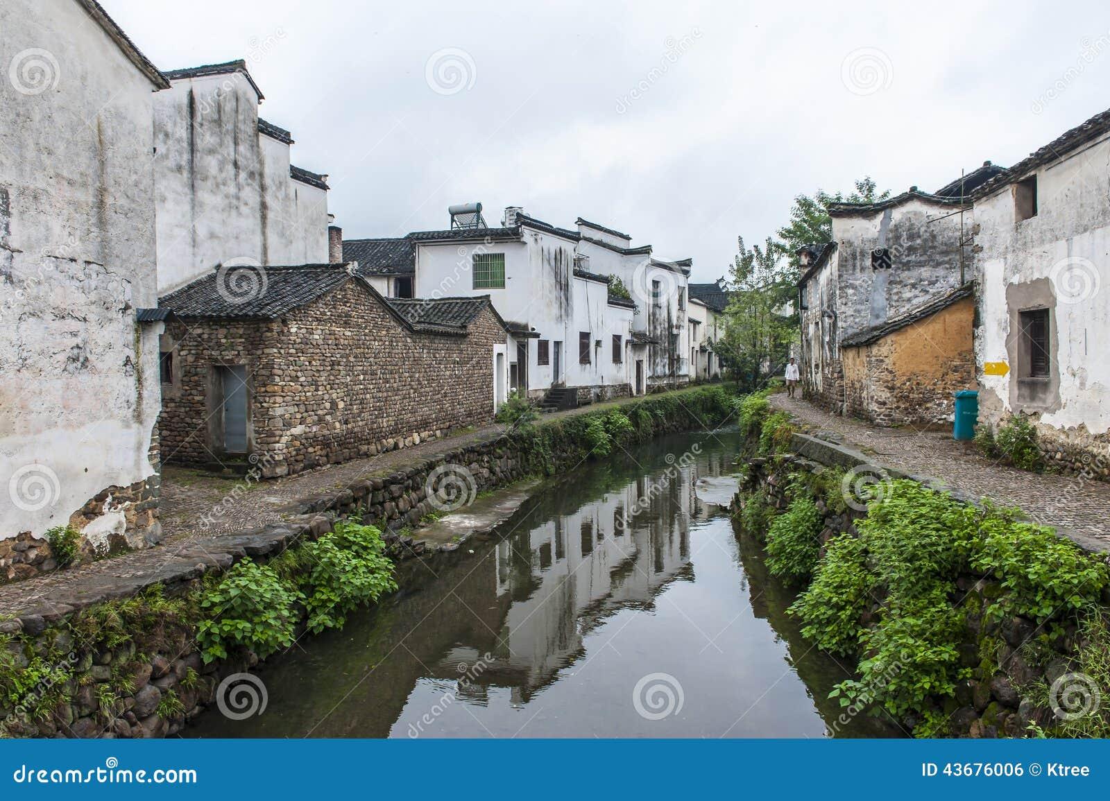 By för traditionell kines längs en flod