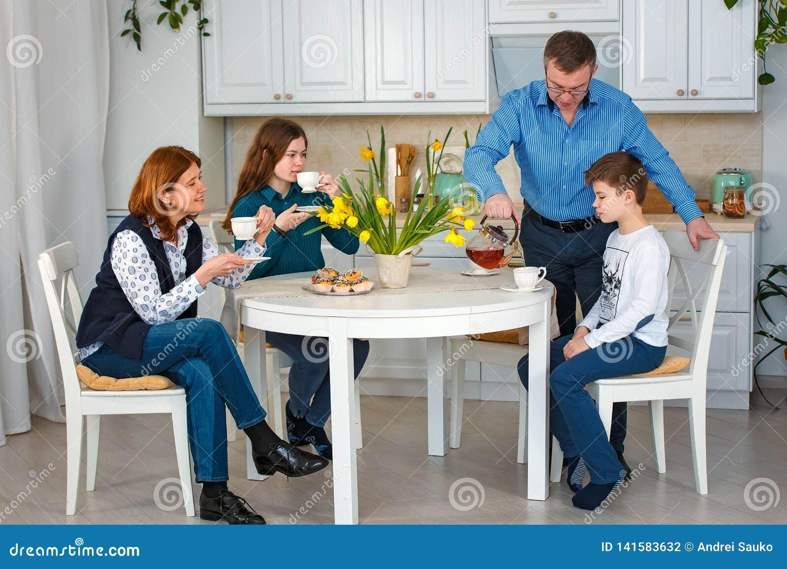 För uttrycksfull son för person för folk för förälder för målarfärg för mum familjfader för dotter vänlig Den ljusa teaen kuper m