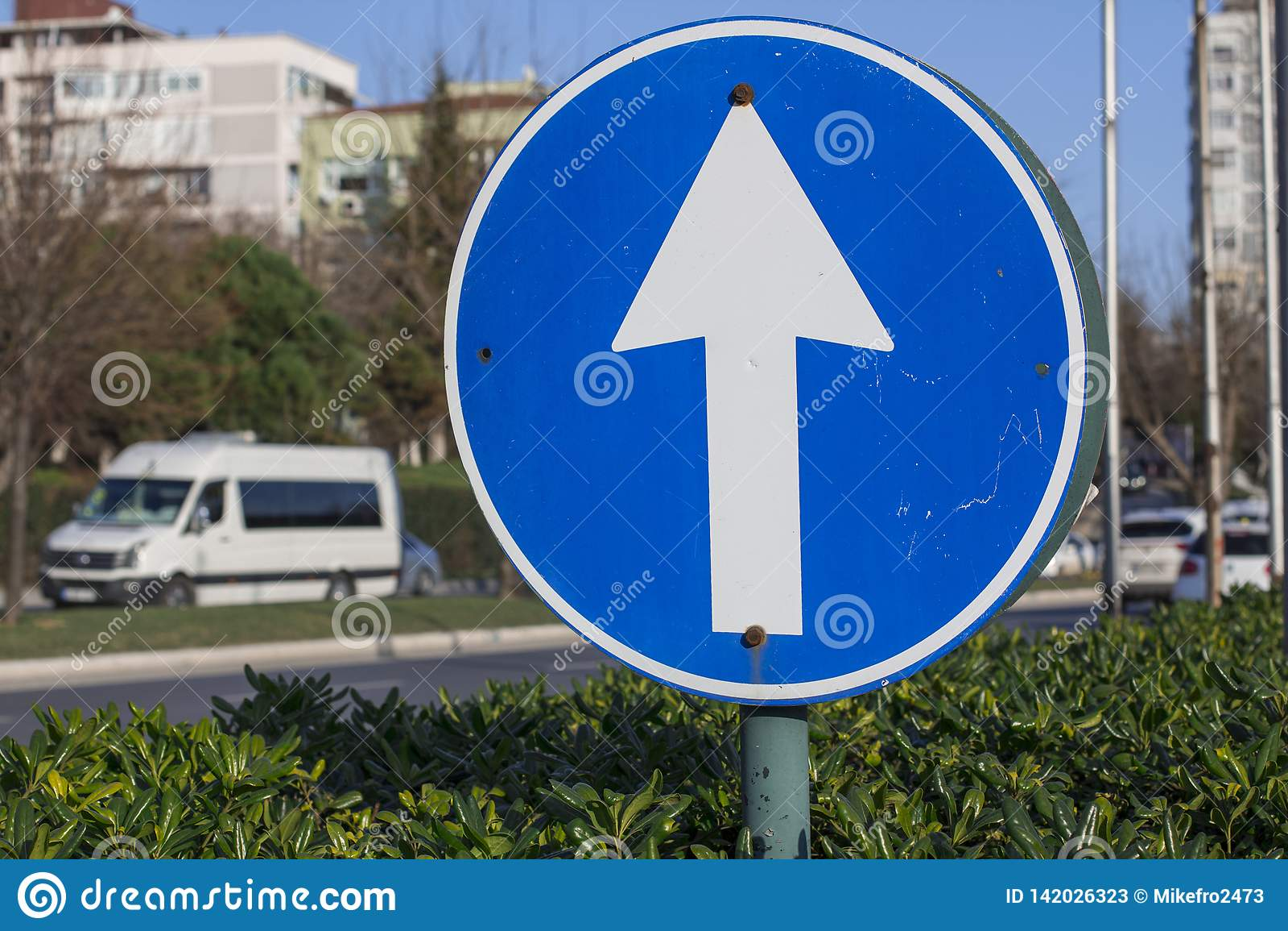 För vägmärketon för vinkel blå sikt wide Pil i cirkeln för trafikkontroll