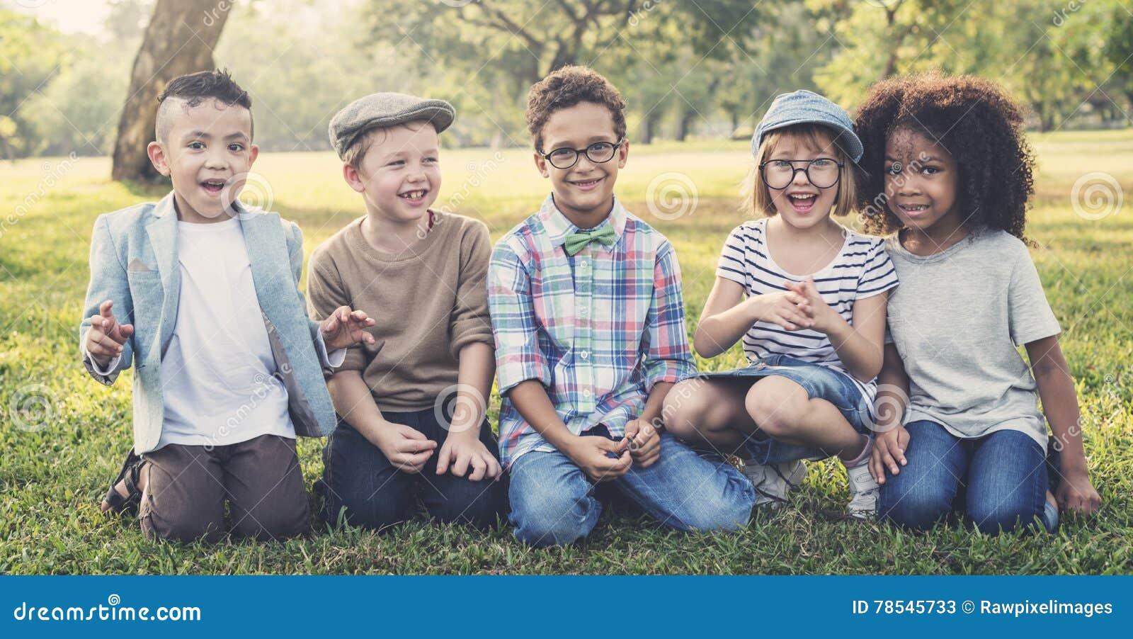 För vänungar för tillfälliga barn gladlynt gulligt begrepp