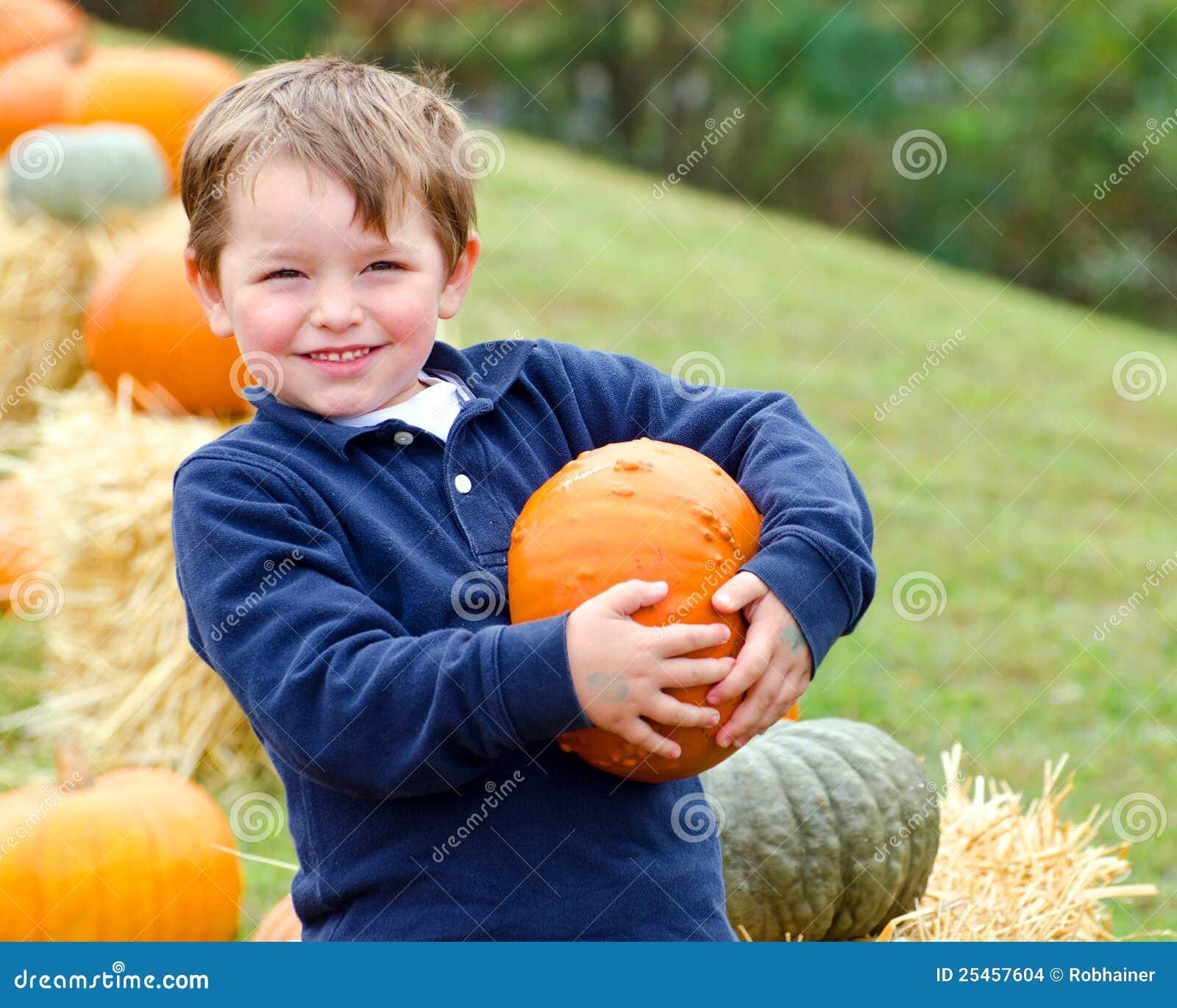 För valpumpa för pojke lyckligt barn