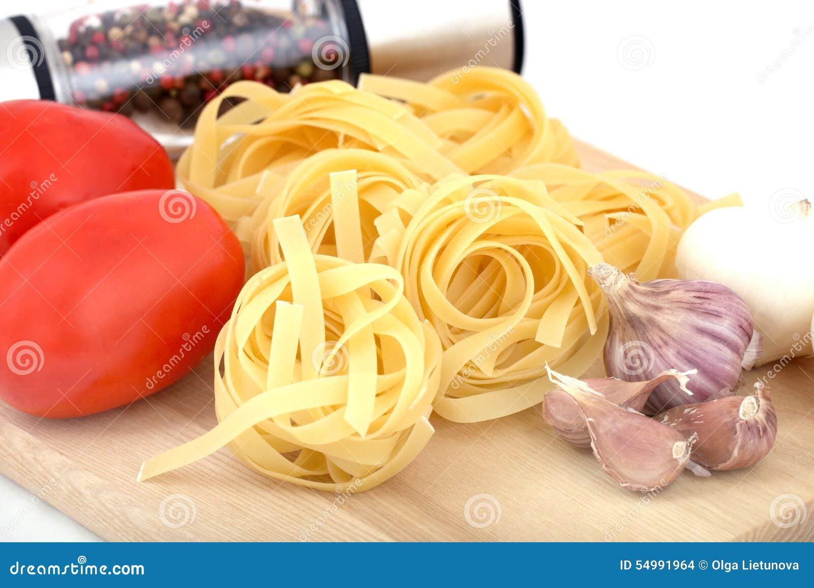 Förberedelse: pastatagliatelle, tomat, lök, peppar, vitlök