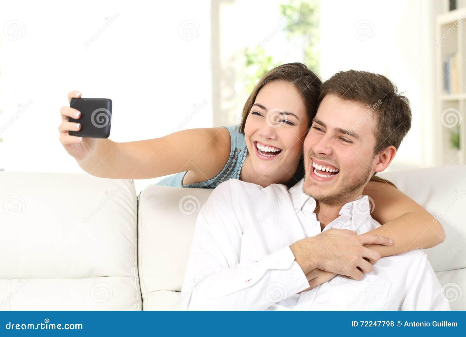 Förbindelse eller par som tar selfies med telefonen