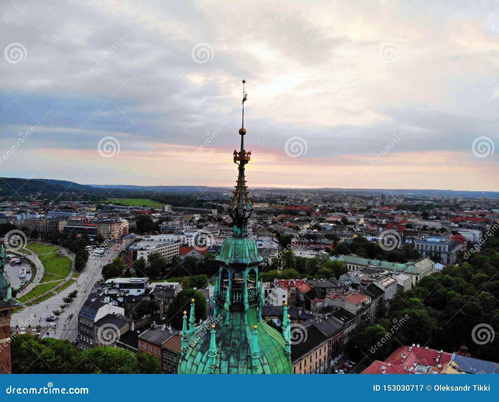 Förbluffa den Wawel slotten, som förläggas i gammal del av Krakow Kulturhuvudstad av Polen Foto som skapas av surret, från att fö