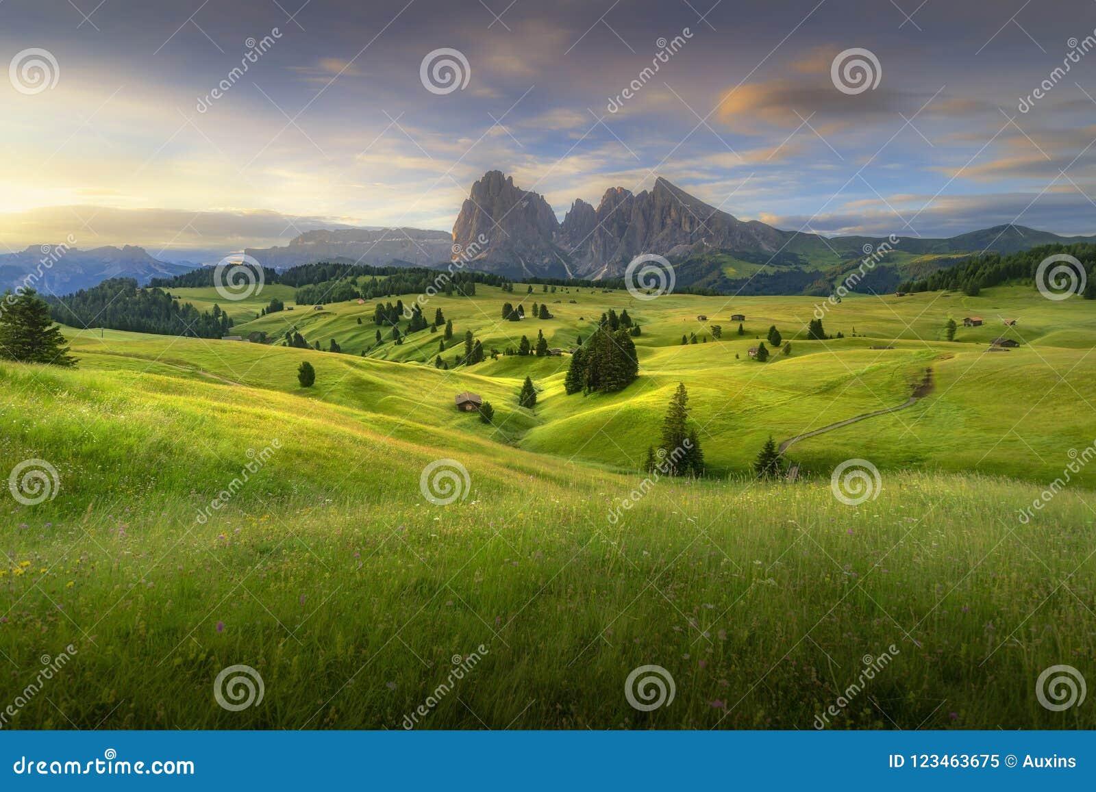 Förbluffa landskapsikt av gröna kullar med blå himmel för sommar på soluppgång från Seiser Alm Dolomites, Italien