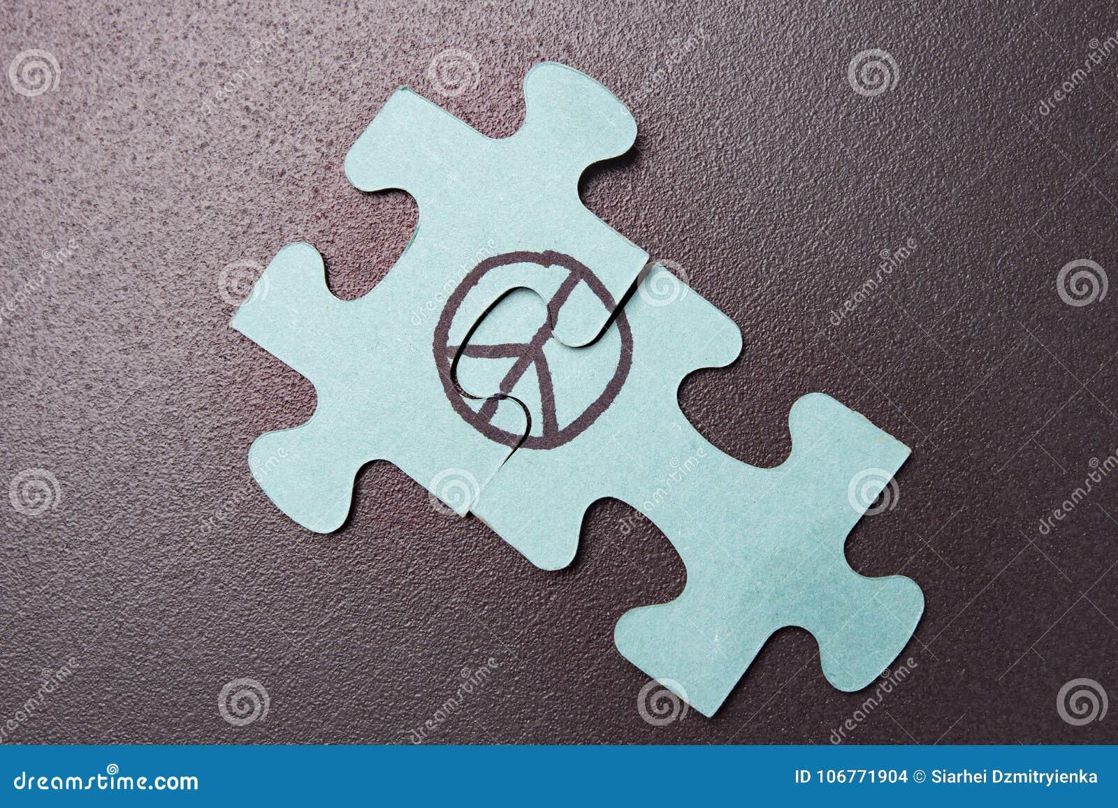 Förbrylla med symbol av pacifism på svart bakgrund Begrepp av världen VÄRLDSDAG AV FRED Tecken av fred
