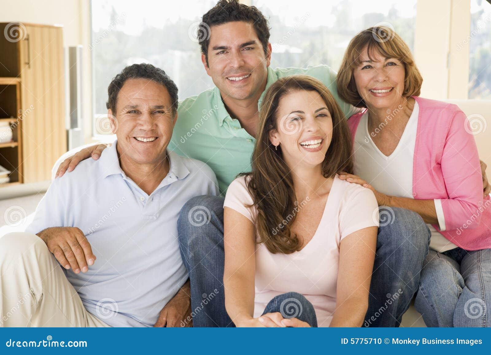Förbunde vardagsrum som sitter le två