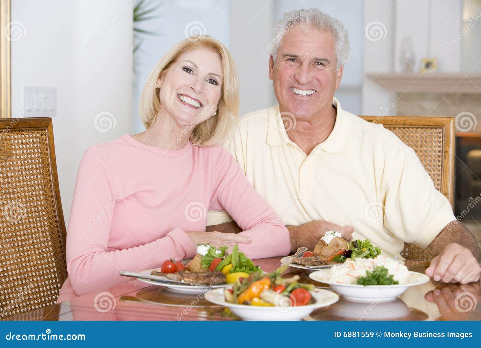 Förbunden åldring som tycker om sunt mål